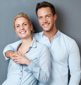 glückliches attraktives paar
